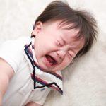 赤ちゃんが体をよじって暴れながら唸る(うなる)理由は苦しいから?不満があるから?原因と対処法