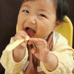 離乳食の時に赤ちゃんがスプーンをつかんだり、投げたりする時の対処法