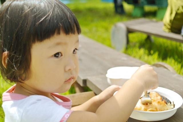赤ちゃんと外でお弁当を食べる時は使い捨てエプロンが便利