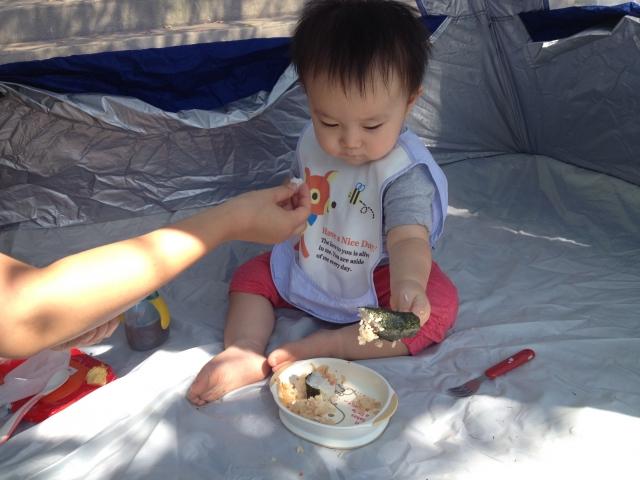 赤ちゃんの食事用のエプロンの種類