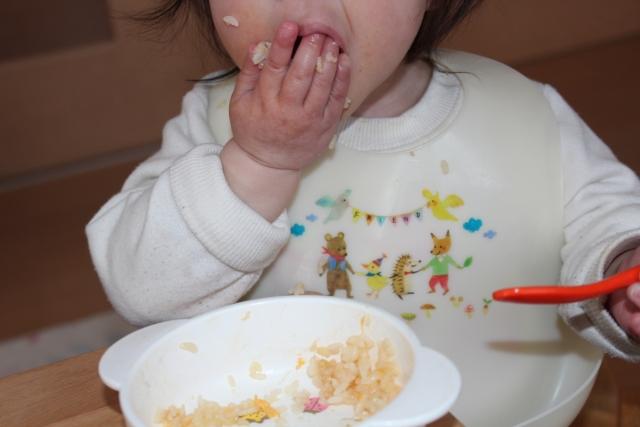 赤ちゃんのエプロンに出やすい黒カビの予防法と発生した時の解決策