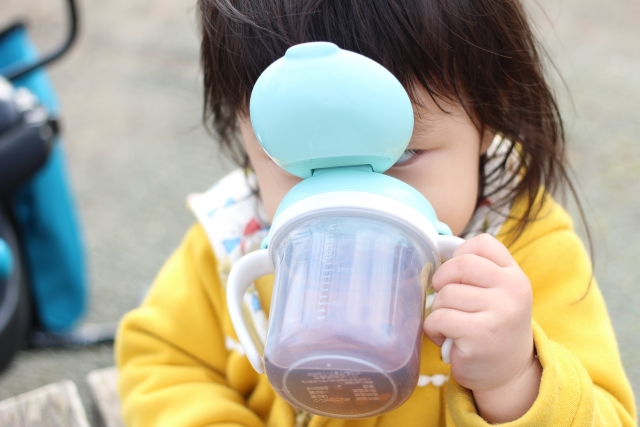 赤ちゃんのストロー飲みはいつから?