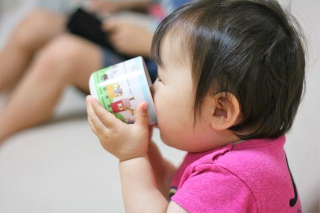 赤ちゃんのコップ飲みの練習方法