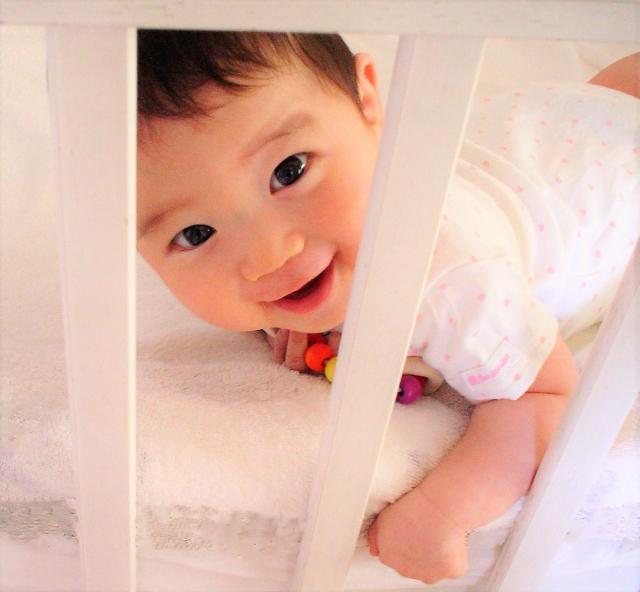 赤ちゃんとの添い寝は布団がいい?ベッドがいい?