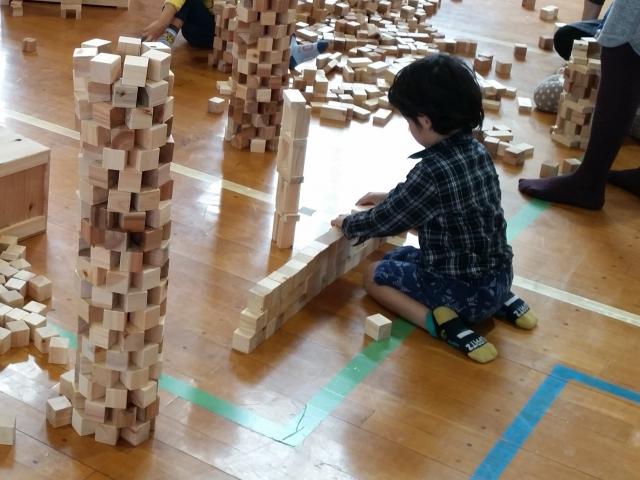 赤ちゃんが積み木で遊ぶことでどんなことを学んでいる?