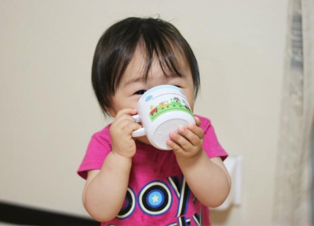 赤ちゃんのコップ飲みの練習開始の目安