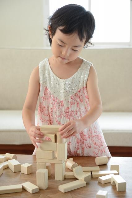 月齢による赤ちゃんの積み木の遊び方の変化の流れ